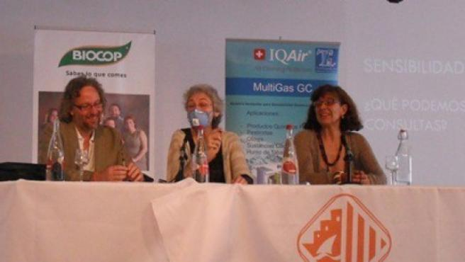 Pilar Remiro, con mascarilla, durante una charla sobre el síndrome de sensibilidad química múltiple en Vilassar de Mar (Barcelona).