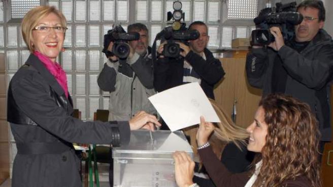 La líder de UPyD, Rosa Díez, vota en los comicios al Parlamento Europeo 2014 en el colegio electoral Karmengo Ama Ikastola de Sodupe.