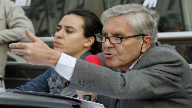 El jurista y exfiscal de Anticorrupción Carlos Jiménez Villarejo da una conferencia a miembros del 15-M en la Puerta del Sol de Madrid.
