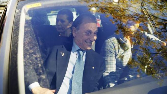 El expresidente del Betis Manuel Ruiz de Lopera, a la salida de los juzgados de Sevilla tras la citación de la jueza Alaya en 2013.
