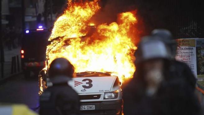 Varios encapuchados han quemado una unidad móvil de TV3 en los incidentes violentos tras el desaolojo de Can Vies.