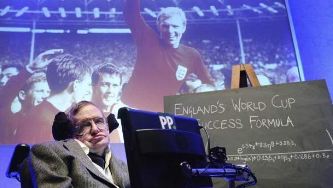 El físico Stephen Hawking descubre su fórmula científica para que Inglaterra pueda ganar el Mundial de Brasil 2014.