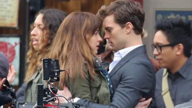 Jamie Dornan y Dakota Johnson en el rodaje de 'Cincuenta sombras de Grey'.