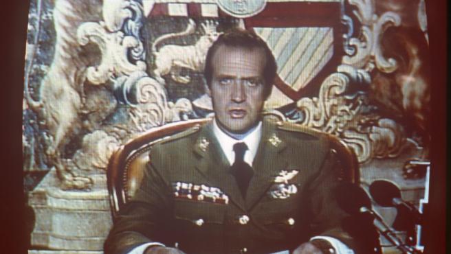 Don Juan Carlos, en la noche del 23 de febrero de 1981, se dirige por televisión a todos los españoles tras la intentona golpista.