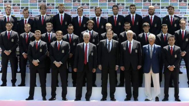El presidente del Gobierno, Mariano Rajoy (4d) posa el 2 de junio de 2014 con los integrantes de la selección española que competirán en el Mundial de Brasil.