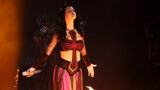 Un momento de la espectacular actuación de Katy Perry en el Staples Center de Los Ángeles, durante la ceremonia de entrega de los Grammy.