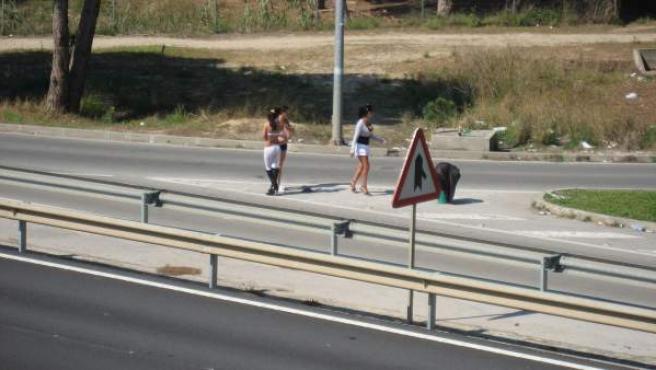 Prostitutas en una carretera.