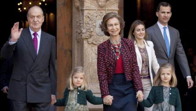 Los reyes, los príncipes de Asturias y sus hijas Leonor y Sofía, a las puertas de la Catedral de Mallorca tras la misa del Domingo de Resurrección.