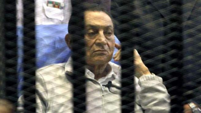 El expresidente egipcio Hosni Mubarak permanece sentado tras los barrotes durante una sesión celebrada en un tribunal en El Cairo.