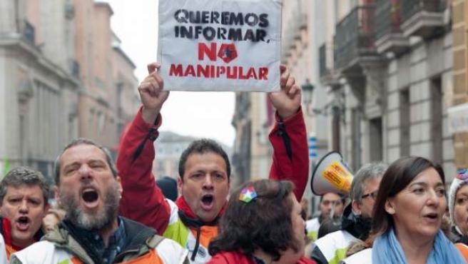 Extrabajadores de Telemadrid, durante la protesta celebrada en el primer aniversario del ERE en la cadena pública.