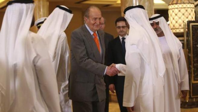 La delegación emiratí recibe al rey Juan Carlos a su llegada al foro empresarial hispano-emiratí que se celebró en Emiratos Árabes Unidos.