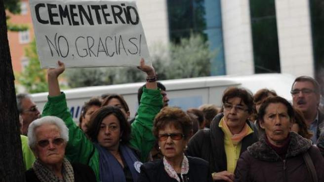 Vecinos del madrileño barrio de Carabanchel se manifiestan contra la ampliación de una iglesia de los 'kikos'.