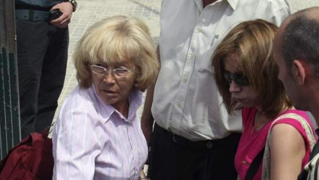 María del Carmen García (i), la mujer de Benejúzar (Alicante) condenada por matar al violador de su hija, a su llegada al Centro Penitenciario de Fontcalent.