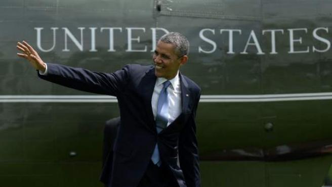 El presidente de EE UU, Barack Obama, saluda a su llegada a la Casa Blanca tras un discurso ante los cadetes de la Academia Militar de West Point (Nueva York).