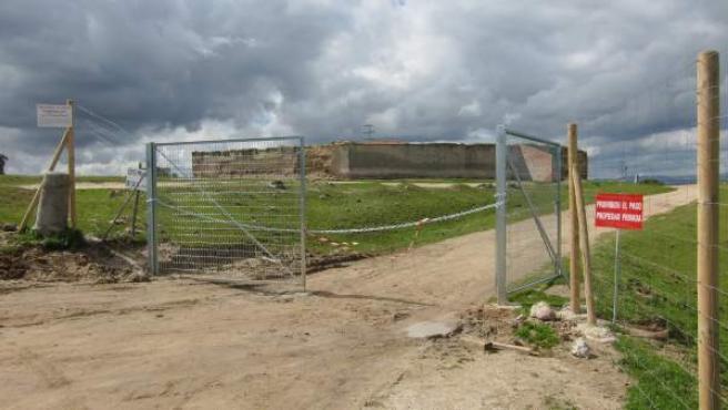 Vallado que impide el acceso al camino público Los Romanillos.
