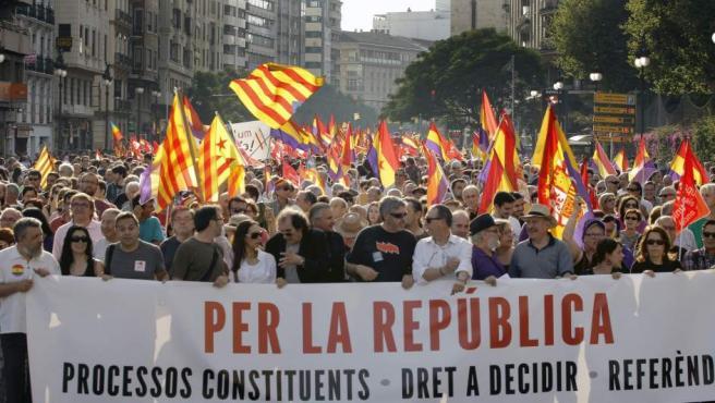 """Pancarta de cabecera de la manifestación convocada por un centenar de organizaciones con el lema """"Por la república, procesos constituyentes, derecho a decidir, referendum"""", este 7 de junio en Valencia."""