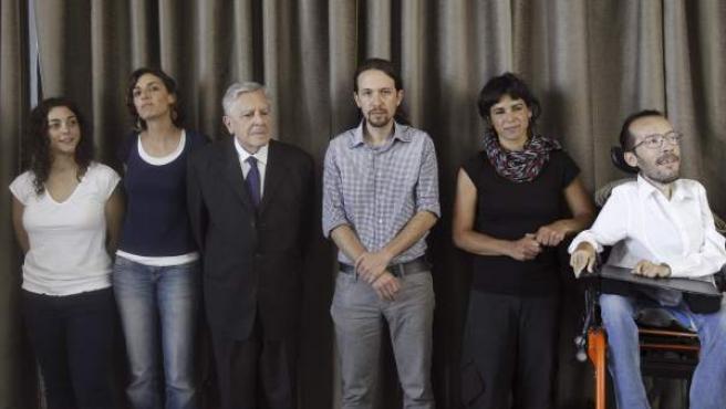 El líder de Podemos, Pablo Iglesias (3d), junto a Tania González (i), miembro de la formación, los eurodiputados de Podemos, Lola Sanchez, el exfiscal anticorrupción español Carlos Jiménez Villerejo, María Teresa Rodríguez-Rubio y Pablo Echenique, durante la primera rueda de prensa.