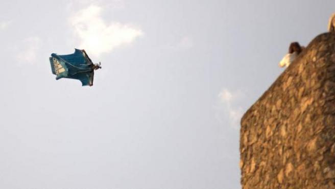 El cocinero madrileño Darío Barrio en el salto que le costó la vida en una exhibición de salto BASE incluida dentro de los actos de la primera jornada del XV Festival Internacional del Aire (FIA) 'El Yelmo', en la Sierra de Segura de Jaén.