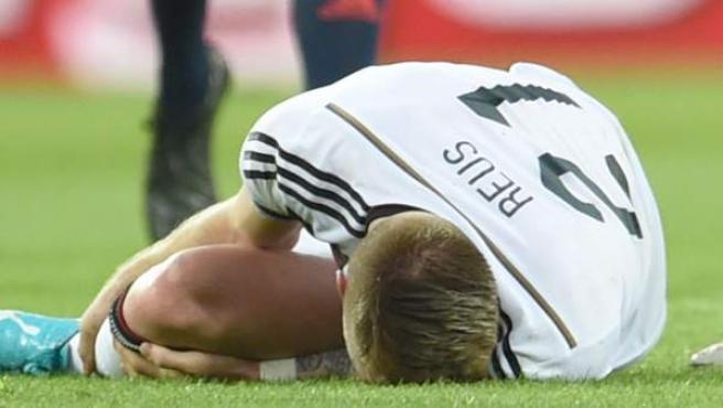 El futbolista alemán Marco Reus se duele en el césped tras lesionarse el tobillo en un amistoso previo al Mundial ante Armenia en Maguncia.