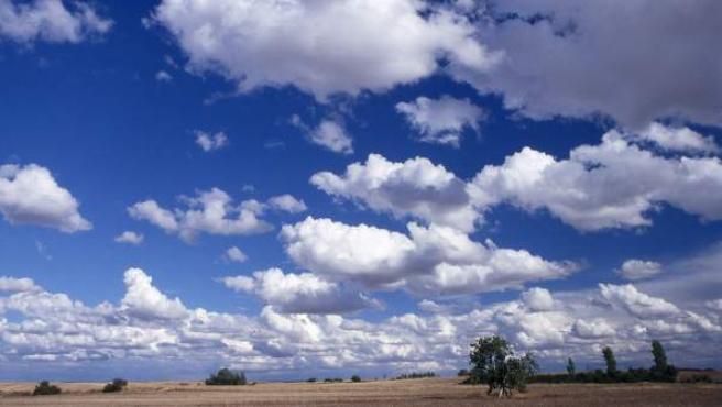 Nubes sobre un paisaje rústico en Madrid.