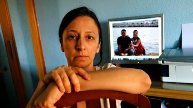 Diana Moya espera que la Seguridad Social le conceda finalmente la pensión de viudedad de su pareja de hecho, José (con él en la foto de atrás).