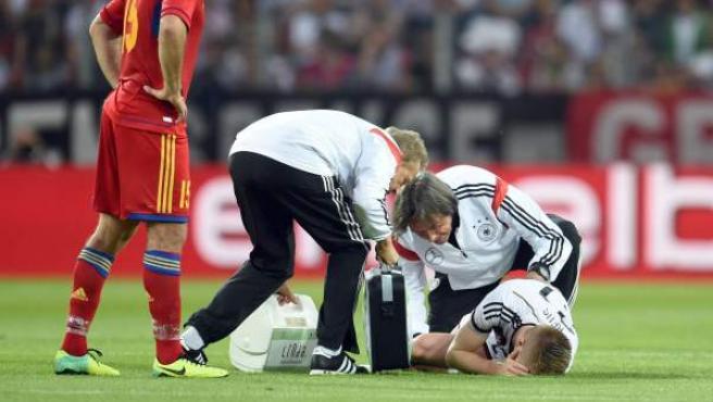 Marco Reus, atendido en el césped tras lesionarse en el amistoso ante Armenia.