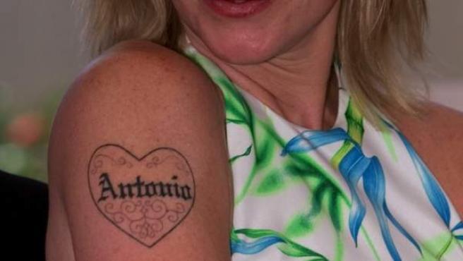 Melanie Griffith luce su tatuaje dedicado a Antonio Banderas.
