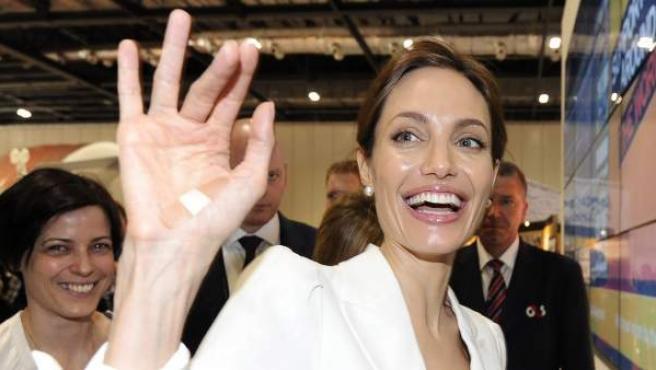 La actriz Angelina Jolie asiste a la inauguración de una cumbre de cuatro días sobre la violencia sexual en Londres.