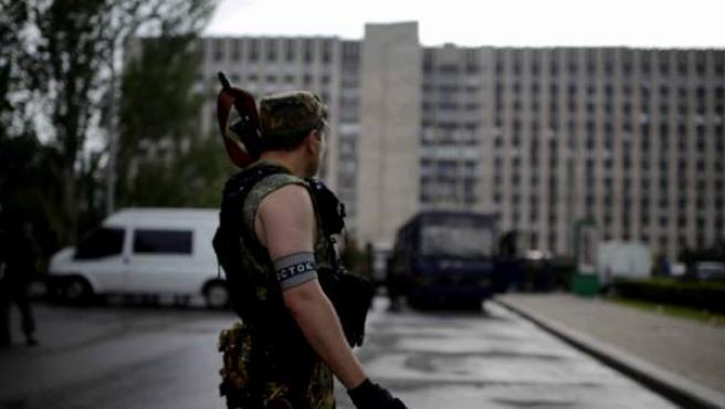 Milicianos prorrusos del batallón Vostok hacen guardia frente al edificio de la admistración regional de Donetsk.