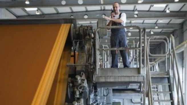 Un operario en una fábrica, en una imagen de archivo.