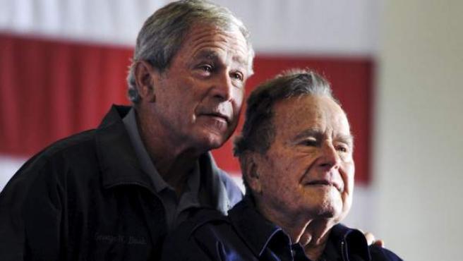 Los dos expresidentes George H.W. Bush y George W. Bush.