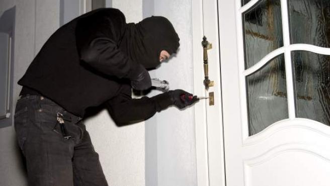 Un ladrón intenta acceder a una vivienda.