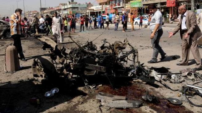 Imagen de un coche bomba tras un atentado cometido en Bagdad (Irak)