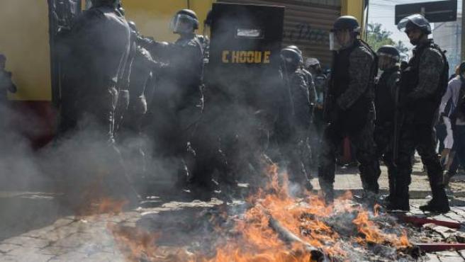 Miembros de la Policía brasileña dispersan a un grupo de manifestantes durante la primera protesta contra el Mundial de fútbol Brasil 2014 registrada en Sao Paulo (Brasil).