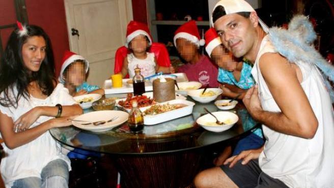 El presentador de documentales Frank Cuesta y su esposa Chatchaya Cuesta Ramos 'Yuyee', junto a su familia.