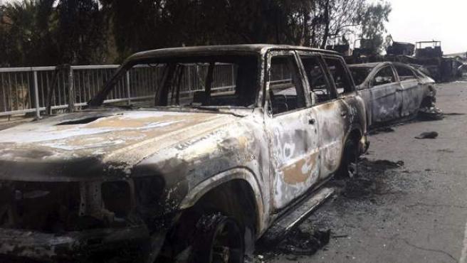 Vehículos carbonizados tras ser atacados por unos insurgentes en Mosul, en el norte de Irak.