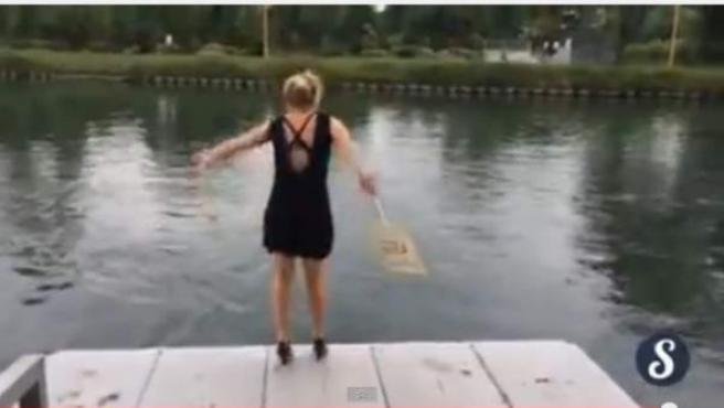 Una joven está realizando el reto 'A l'eau ou au resto (Al agua o al restaurante)' para colgarlo en su perfil de Facebook.