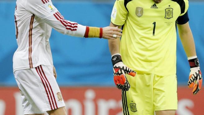 Sergio Ramos se interesa por el estado de ánimo de Casillas.