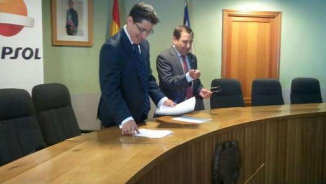 El alcalde de El Barco de Ávila y el responsable de Repsol.