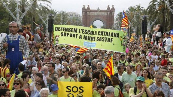 Manifestación en Barcelona, a su paso por el Arco del Triunfo, en defensa de una escuela en catalán.