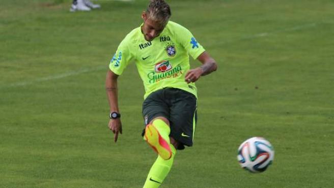 Neymar Júnior, estrella de la selección brasileña de fútbol, en un entrenamiento con su selección.