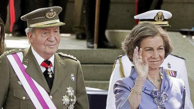 Los Reyes de España, don Juan Carlos y doña Sofía, a su llegada al acto central de la celebración del Día de las Fuerzas Armadas.