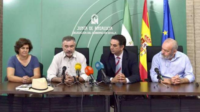 Luis Naranjo, segundo por la izquierda, este lunes