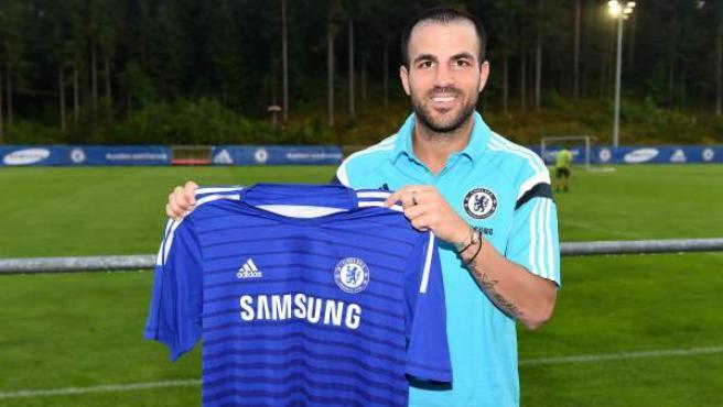 El jugador español posa con la camiseta del Chelsea.