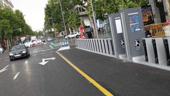 Estación de BiciMad en la calle Serrano, ocupando un carril que antes estaba destinado a la circulación de taxis y motos.