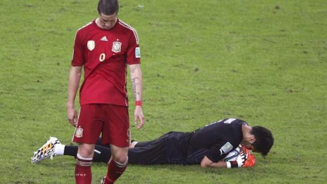 Un cabizbajo Fernando Torres se lamenta tras no concretar una ocasión ante Bravo, guardameta de Chile.