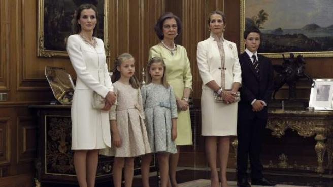 Doña Letizia y sus hijas, la princesa de Asturias Leonor y la infanta Sofía, la Reina Sofía y la Infanta Elena junto a su hijo mayor, Felipe Juan Froilán, en el día de la proclamación dl rey Felipe VI.