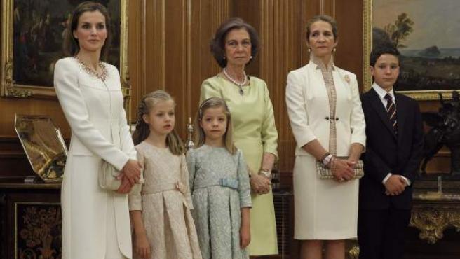La reina Letizia y sus hijas Leonor, princesa de Asturias, y la infanta Sofía; la reina Sofía y la infanta Elena junto a su hijo mayor, Felipe Juan Froilán.