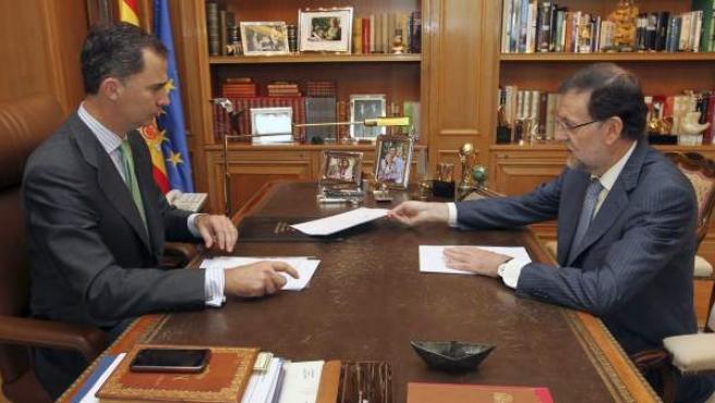 El nuevo rey de España, Felipe VI, despacha con el presidente del Gobierno, Mariano Rajoy.