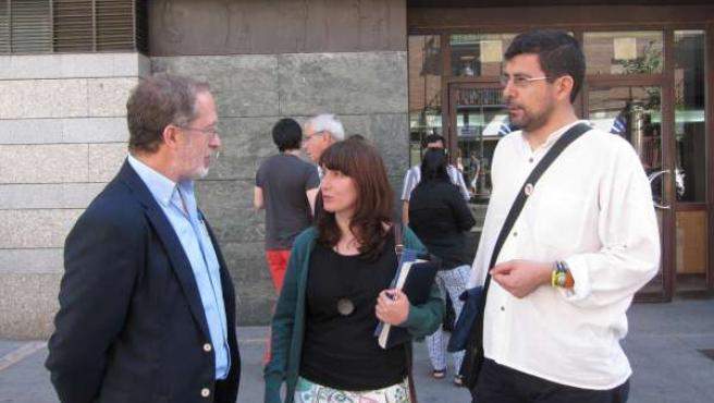 Saravia (i), junto a Sánchez (c) y Bustos (d) a la puerta de los juzgados